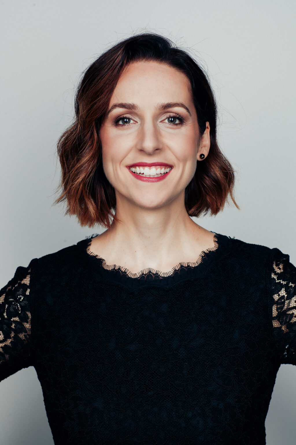 Portrait Sängerin Emili Lorini vor weißem Hintergrund